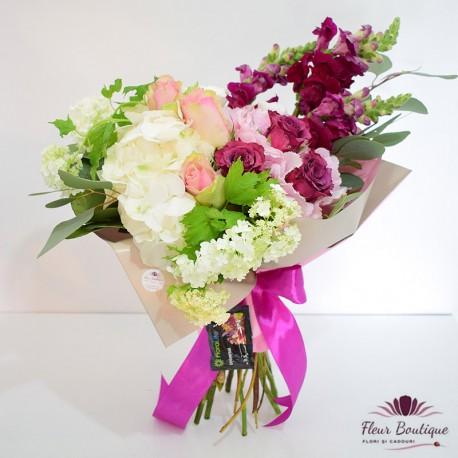 Buchet din hortensie, trandafiri, anthirinium, viburnum
