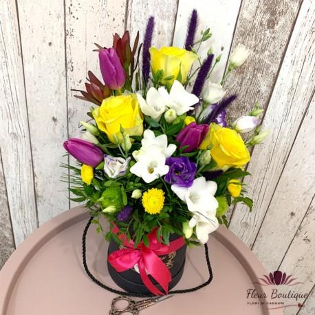 Cutie cu flori lalele, trandafiri, frezii