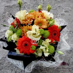 Aranjament floral din trandafiri si crizanteme