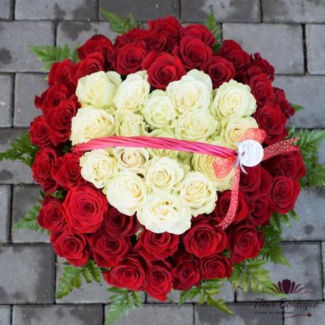 Cos cu 55 trandafiri rosii si albi